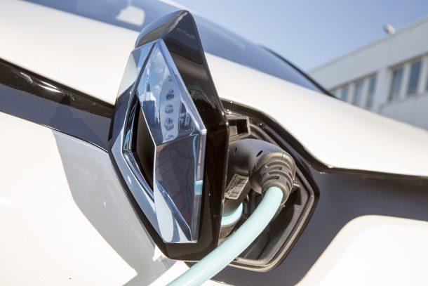 Derzeit scheint das Szenario noch sehr weit weg, aber Analysten glauben: In gut zehn Jahren werden Neuwagen mit reinem Verbrennungsmotor in der Minderheit sein